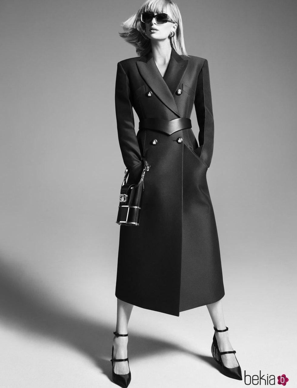 Paris Hilton con abrigo largo de paño negro de la campaña otoño/invierno 2021/2022 de Lanvin