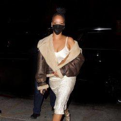 Rihanna mezcla vestido lencero con borrego en Los Ángeles