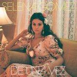 Selena Gomez con un vestido floral de Rodarte en la portada de 'De Una Vez'