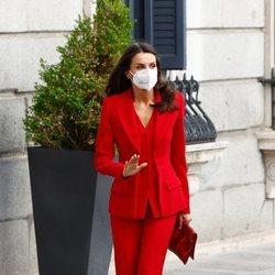 La Reina Letizia con un traje rojo de Roberto Torretta en el homenaje a Clara Campoamor en el Congreso