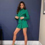 Zendaya con un vestido blazer en color verde de Pertegaz