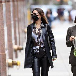 Emily Ratajkowski con un total look black efecto piel por Nueva York