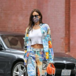 Irina Shayk con un look multicolor de Moschino por la calles de Nueva York