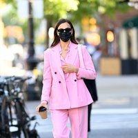Irina Shayk con un total look rosa chicle por las calles de Nueva York