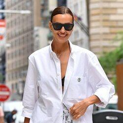 Irina Shayk con un look boyfriend de Burberry en Nueva York