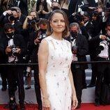 Jodie Foster con vestido blanco con incrustaciones en el Festival de Cannes 2021