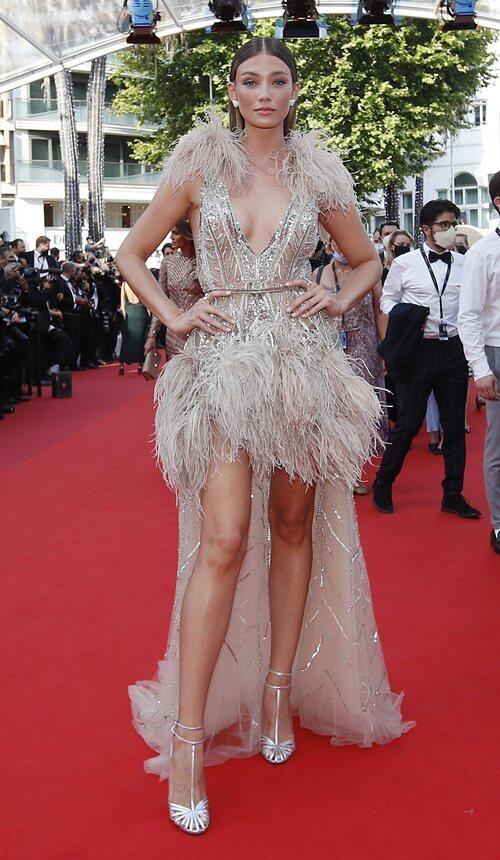 Lorena Rae vestida de Elie Saab en la segunda jornada del Festival de Cannes 2021