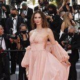 Frédérique Bel vestida de Yanina Couture en la segunda jornada del Festival de Cannes 2021