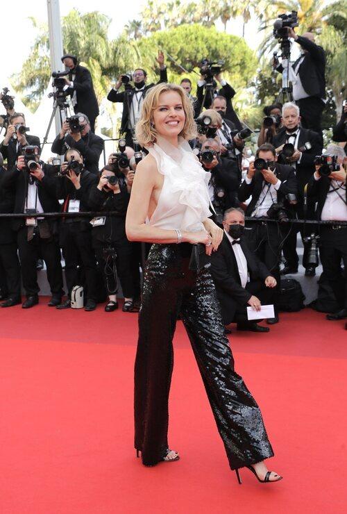 Eva Herzigova vestida de Alberta Ferretti en la segunda jornada del Festival de Cannes 2021