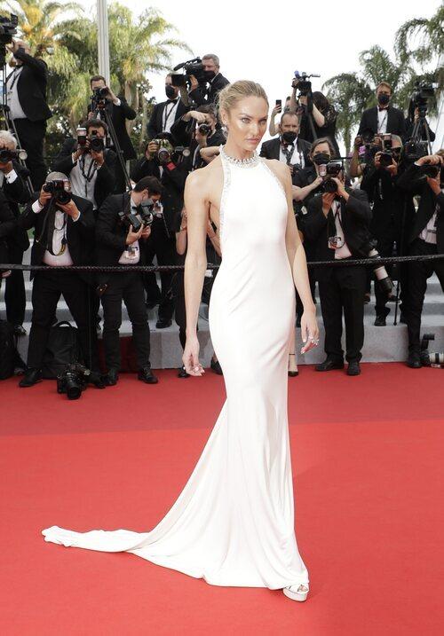 Candice Swanepoel vestida de Etro en la segunda jornada del Festival de Cannes 2021