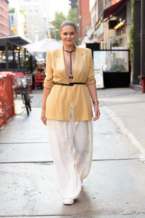 Georgina Burke asistiendo al desfile de Dundas en la Semana de la Moda de Nueva York primera/verano 2022
