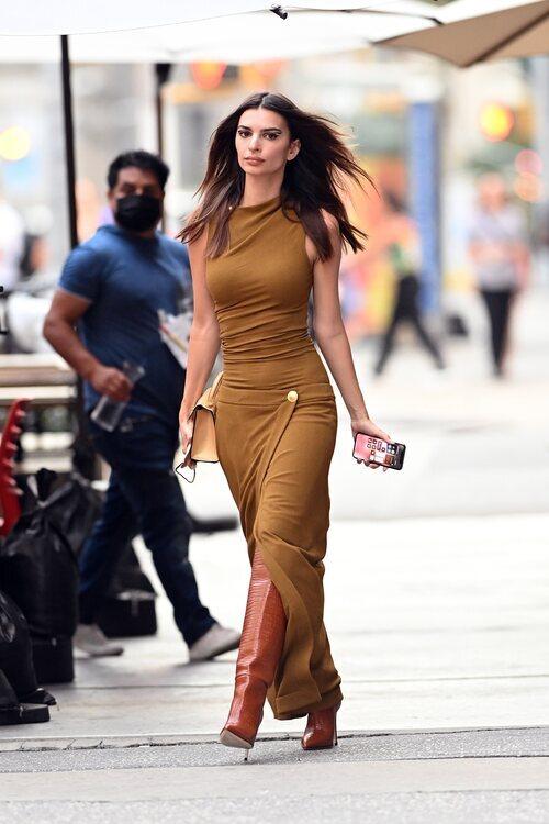 Emily Ratajkowski asistiendo al desfile de Proenza Schouler en la Semana de la Moda de Nueva York primera/verano 2022