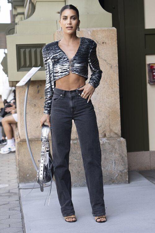 Camila Coelho asistiendo al desfile de Dundas en la Semana de la Moda de Nueva York primera/verano 2022