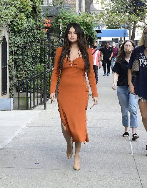 Selena Gomez con un vestido de punto por Nueva York en plena Semana de la Moda