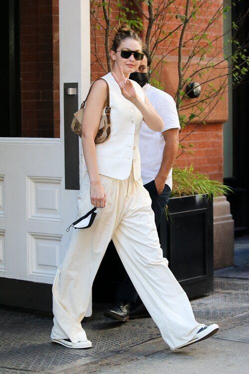 Gigi Hadid con total look de The Row en la Semana de la Moda de Nueva York primera/verano 2022