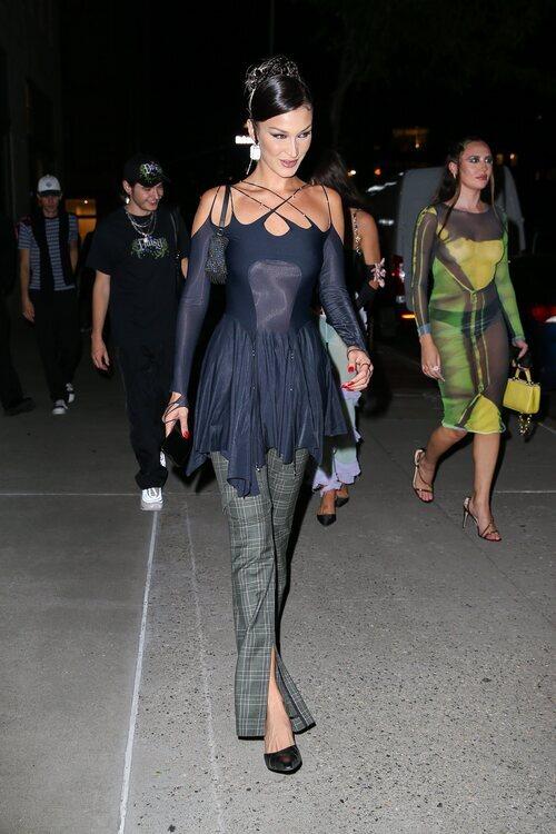 Bella Hadid asistiendo a un evento durante la Semana de la Moda de Nueva York primera/verano 2022