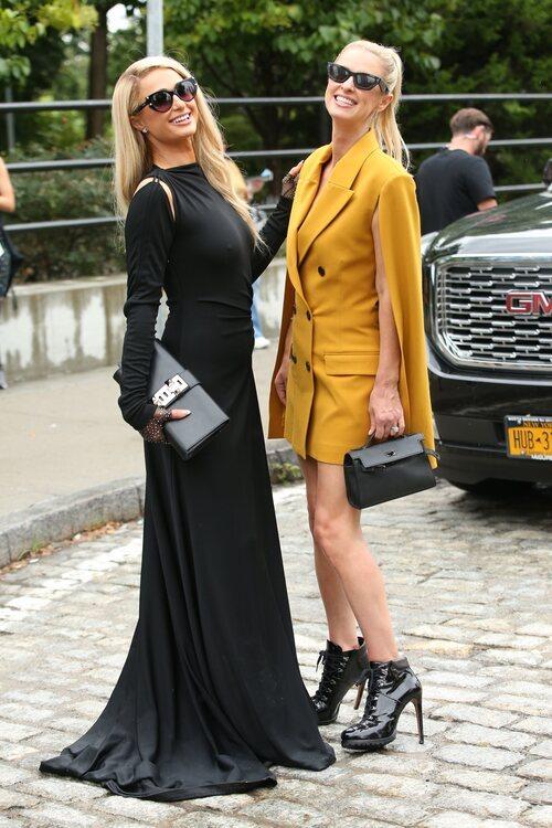Paris y Nicky Hilton asistiendo a un desfile durante la Semana de la Moda de Nueva York primera/verano 2022