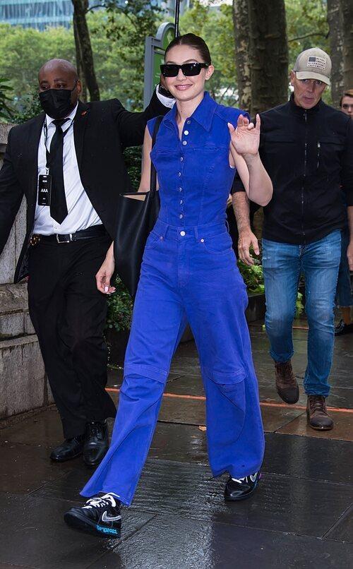 Gigi Hadid llegando al desfile de Moschino durante la Semana de la Moda de Nueva York primera/verano 2022