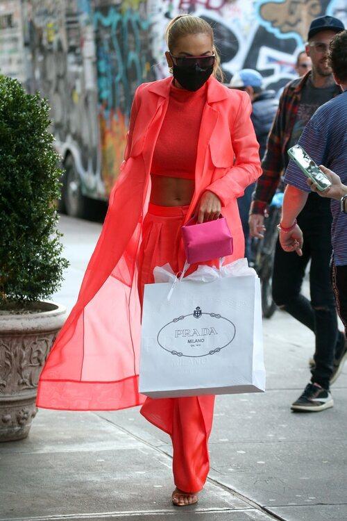 Rita Ora con un look fluor en la Semana de la Moda de Nueva York primera/verano 2022
