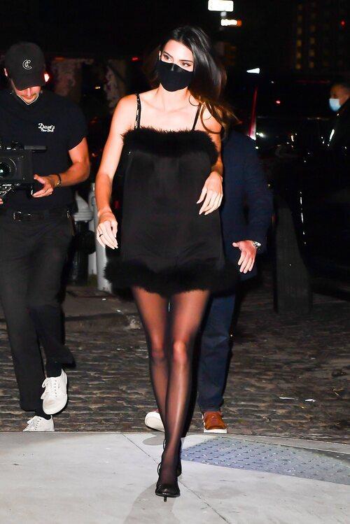 Kendall Jenner con un vestido lencero en la fiesta de FWRD