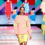 Conjunto de sudadera y falda de flores de la colección primavera/verano 2022 de Ágatha Ruiz de la Prada
