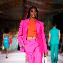 Naomi Campbell con un conjunto color block en el desfile primavera/verano 2022 de Versace