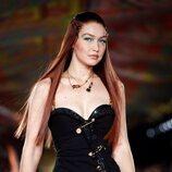 Gigi Hadid con un vestido negro en el desfile primavera/verano 2022 de Versace