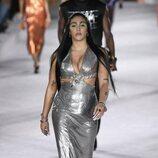 Lourdes Leon con un vestido plateado en el desfile primavera/verano 2022 de Versace