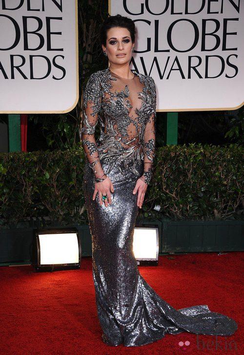 Lea Michele vestida con un Marchesa en plateado posa en la alfombra roja de los Globos de Oro 2012