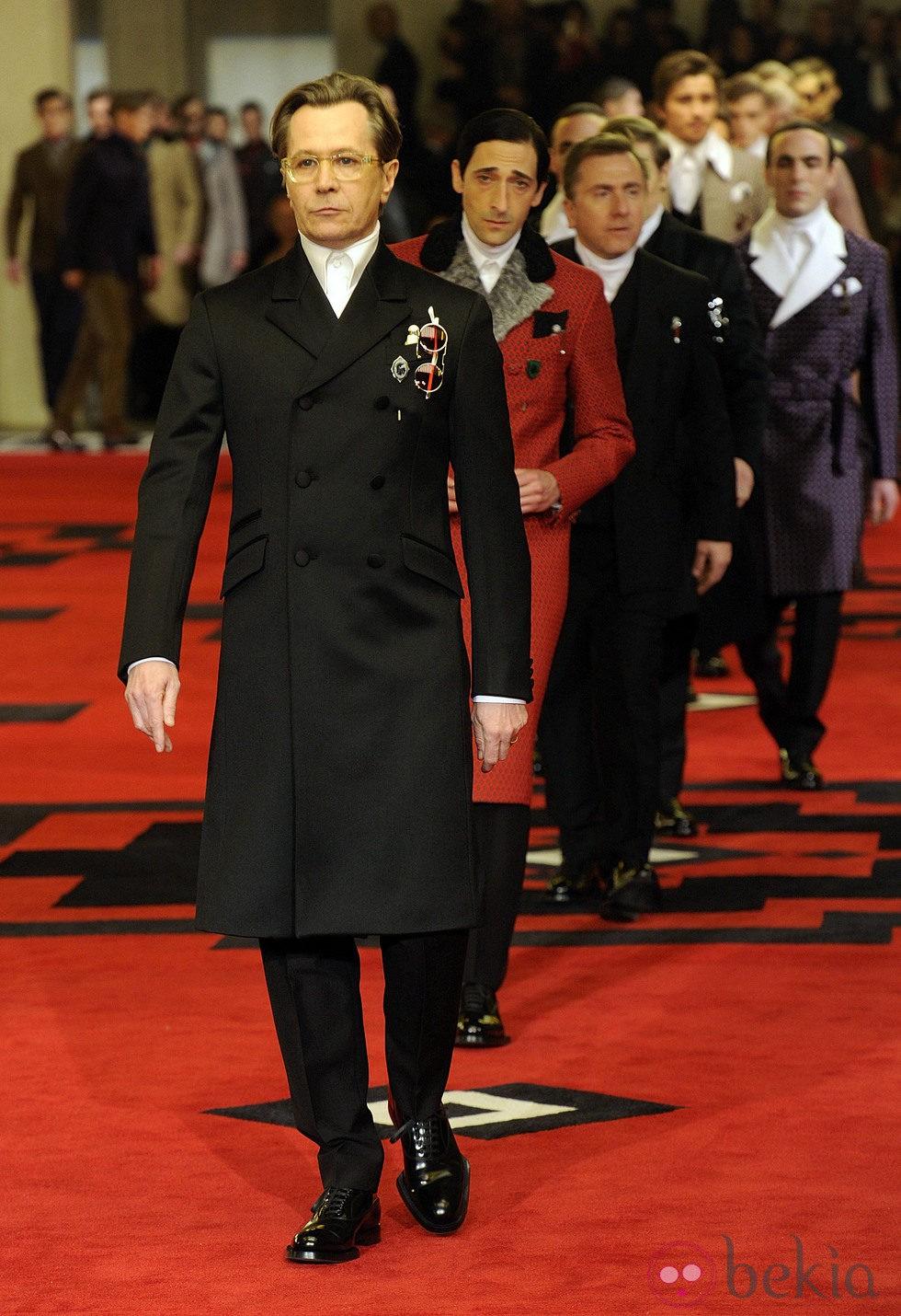 Gary Oldman desfila para Prada en la semana de la moda de Milán