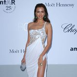 Irina Shayk con un vestido lencero blanco