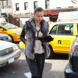 Irina Shayk con pitillos de cuero y abrigo de pelo