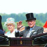 Isabel II con sombrero en verde pastel y detalles trenzados