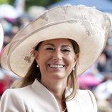 Carole Middleton con sombrero de ala grande en nude