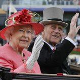 La Reina Isabel II con sombrero en color coral
