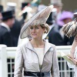 La Condesa Sofía de Wessex con tocado de gran diámetro y plumas en rosa empolvado