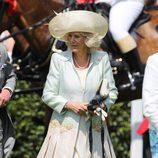 Camilla Parker Bowles con sombrero nude y detalles con plumas