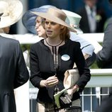 La Princesa Beatriz de York con sombrero de ala grande en nude