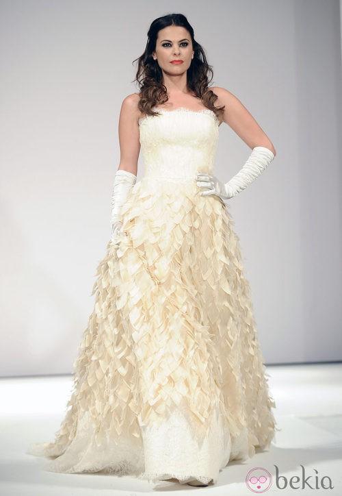 María José Suárez desfila vestida de novia para Toni Fernández