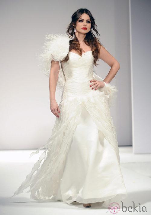 Marisa Jara desfila vestida de novia para Toni Fernández