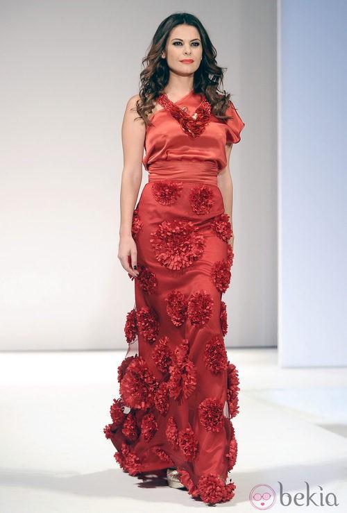 María José Suárez desfila con un vestido rojo para Toni Fernández