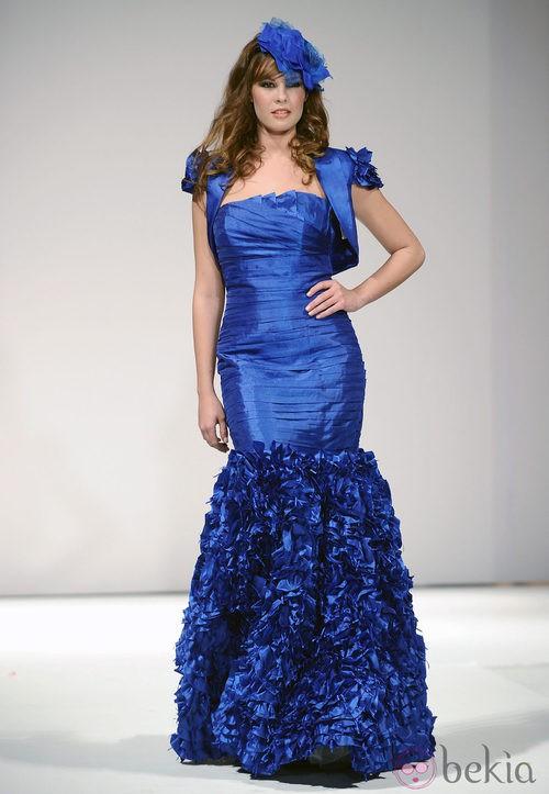 Jessica Bueno desfila con un vestido azul eléctrico para Toni Fernández