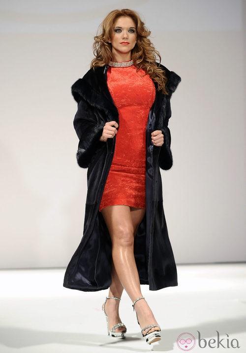 Beatriz Trapote desfila para Toni Fernández con un vestido rojo