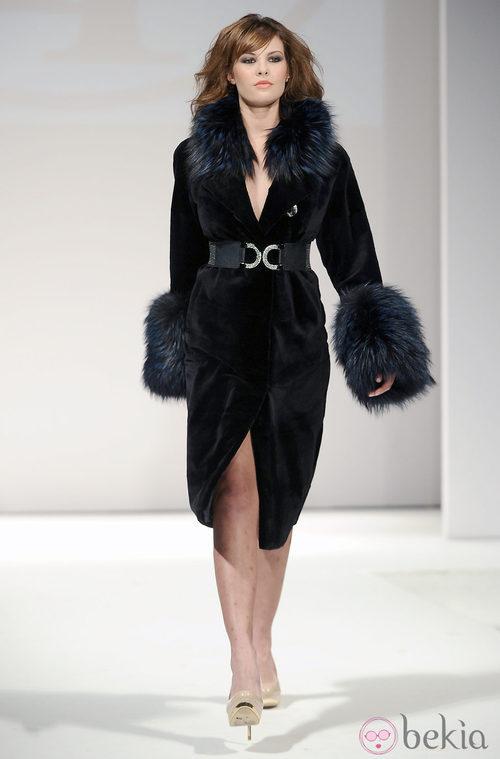 Jessica Bueno desfila con un abrigo de visón firmado por Toni Fernández