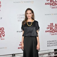 Angelina Jolie con blusa de Joseph y falda de Ralph Lauren en la premiere en Nueva York de 'In the land of blood and honey'
