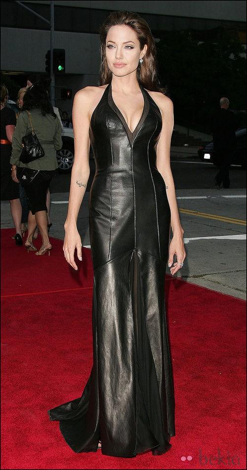 Angelina Jolie con vestido de cuero en la premiere en 2005 de 'Sr. y Sra. Smith'