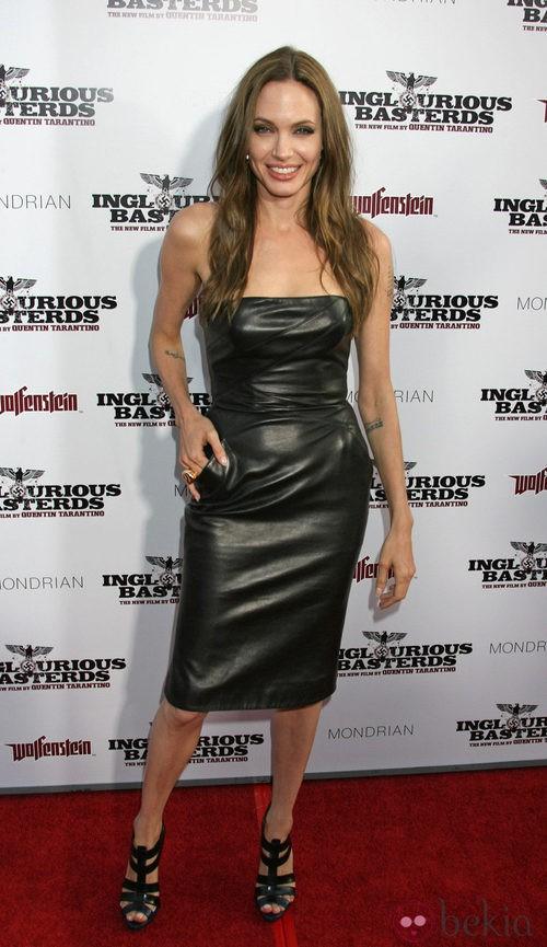 Angelina Jolie con vestido de cuero de Michael Kors en la presentación de 'Malditos bastardos'