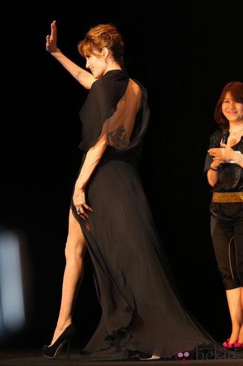 Angelina Jolie con vestido de Versace en la presentación en Japón de 'Salt'