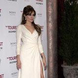 Angelina Jolie con vestido blanco de Atelier Versace en la première de 'The tourist'