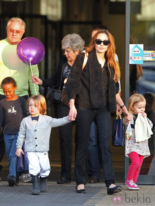 Street style de Angelina Jolie para salir con sus hijos